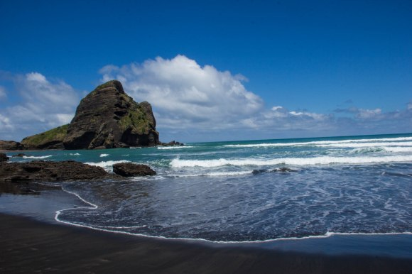 piha beach at low tide